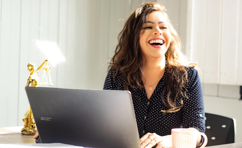 femme devant ordinateur heureuse