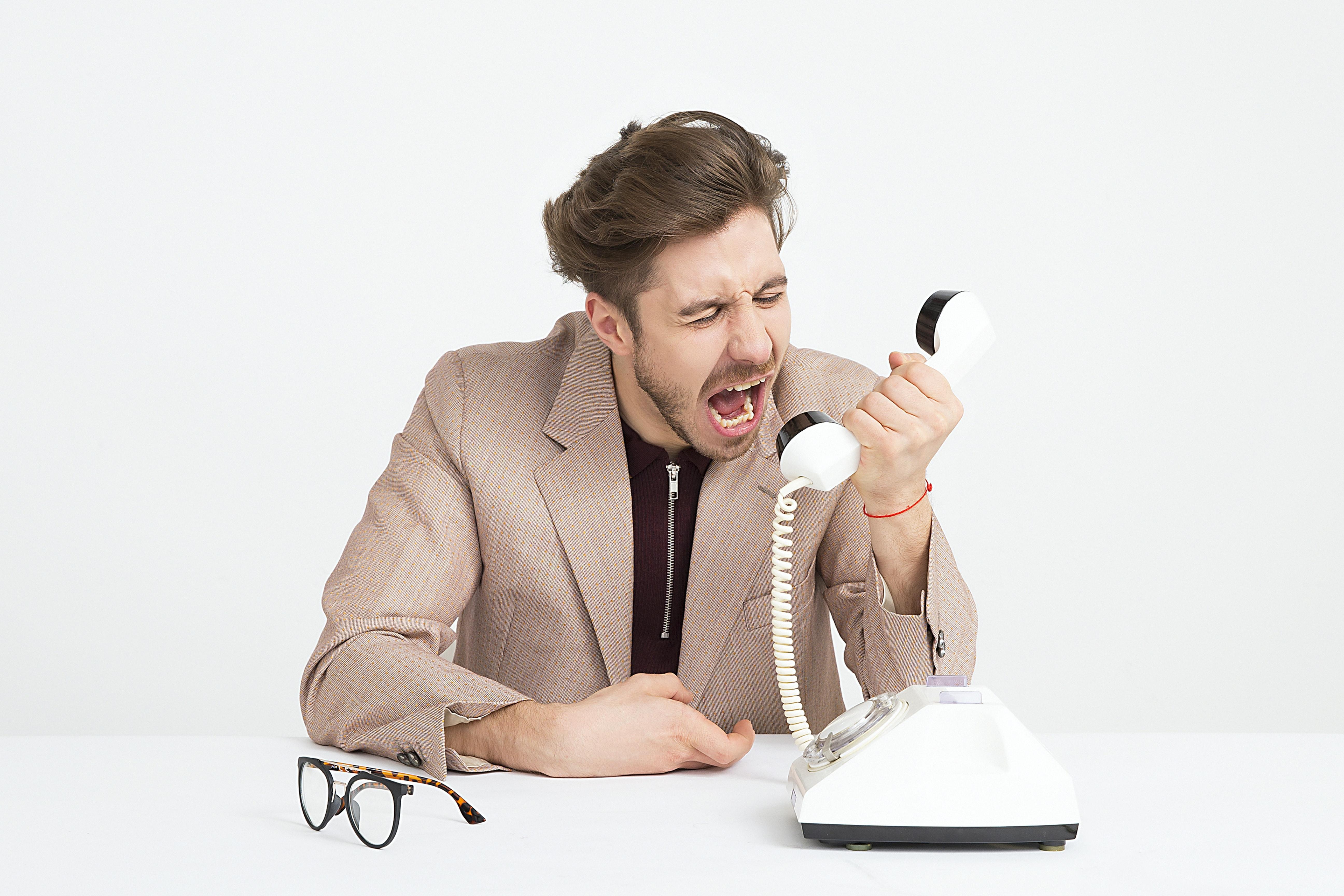 Homme en colère au téléphone